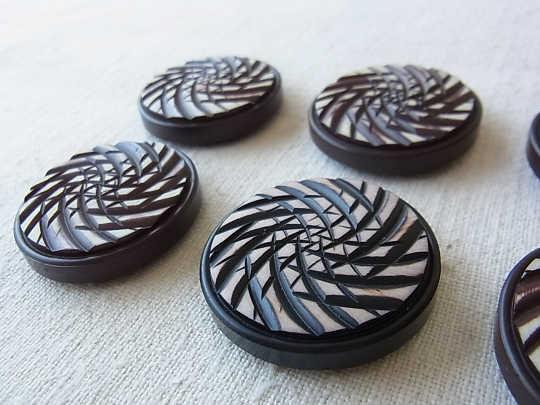 チョコレート色の大きなプラスティックボタン 直径3.8cm gs-607A