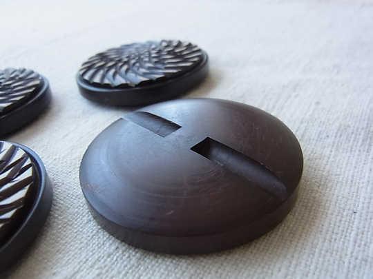 チョコレート色の大きなプラスティックボタン 直径4.3cm gs-607B