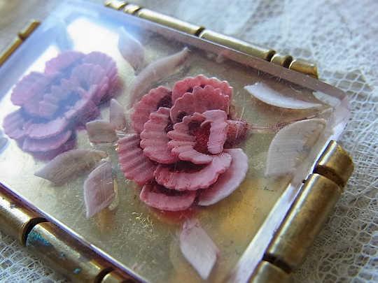 アンティーク 薔薇のルーサイトとブラスのブローチ ga-201