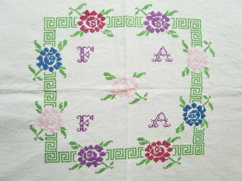 アンティークハンガリーリネン グリーンに薔薇クロスステッチ刺繍のテーブルクロス ge-292