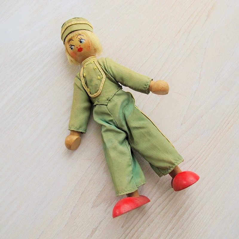 ポーランドの木のお人形  グリーンの制服のホテルマン gt-571