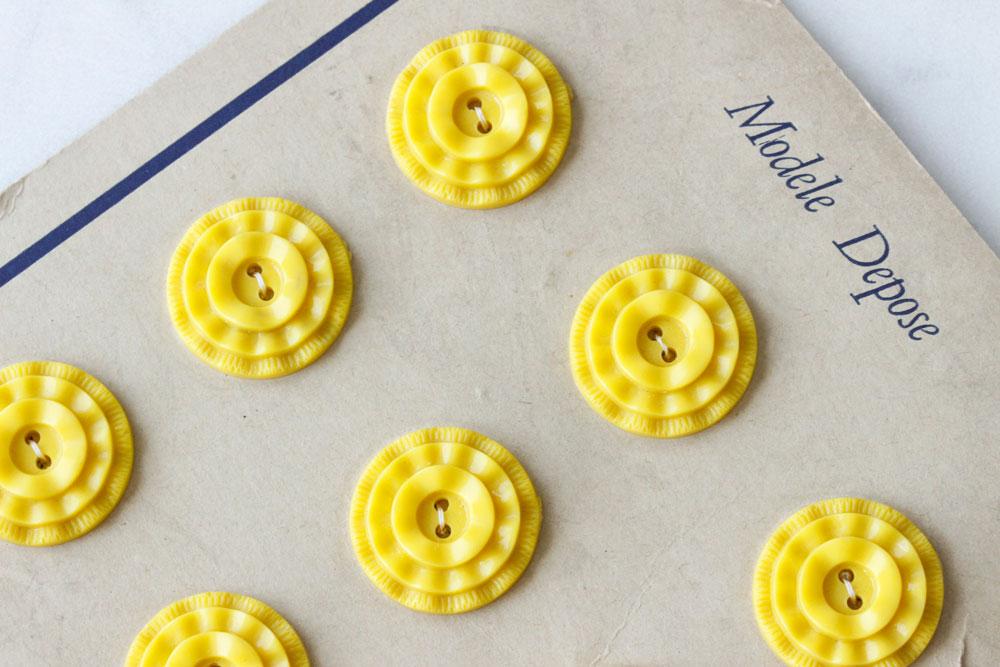 ヴィンテージプラスティックの黄色のボタン 直径2.2cm gs-1063