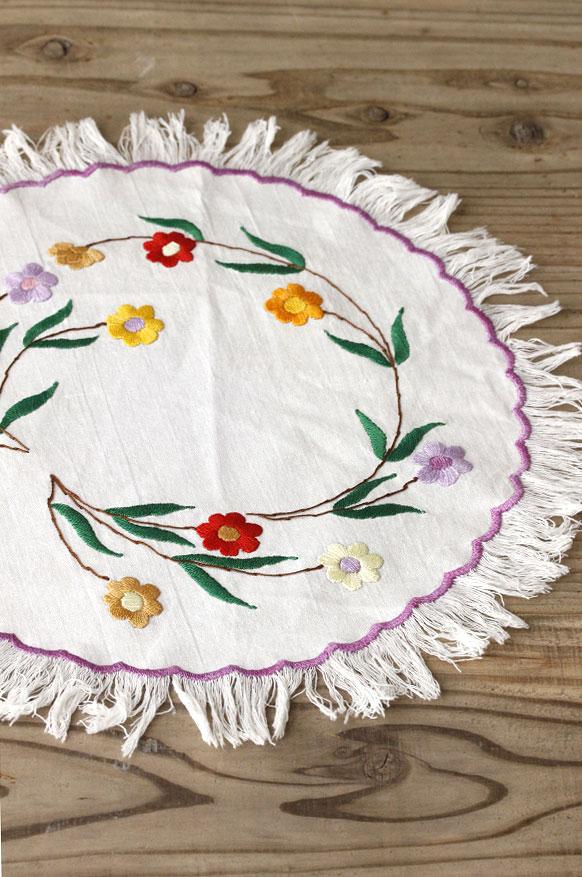 イギリスのお花繍が可愛い円形の房付き刺繍マット 直径34cm ge-689