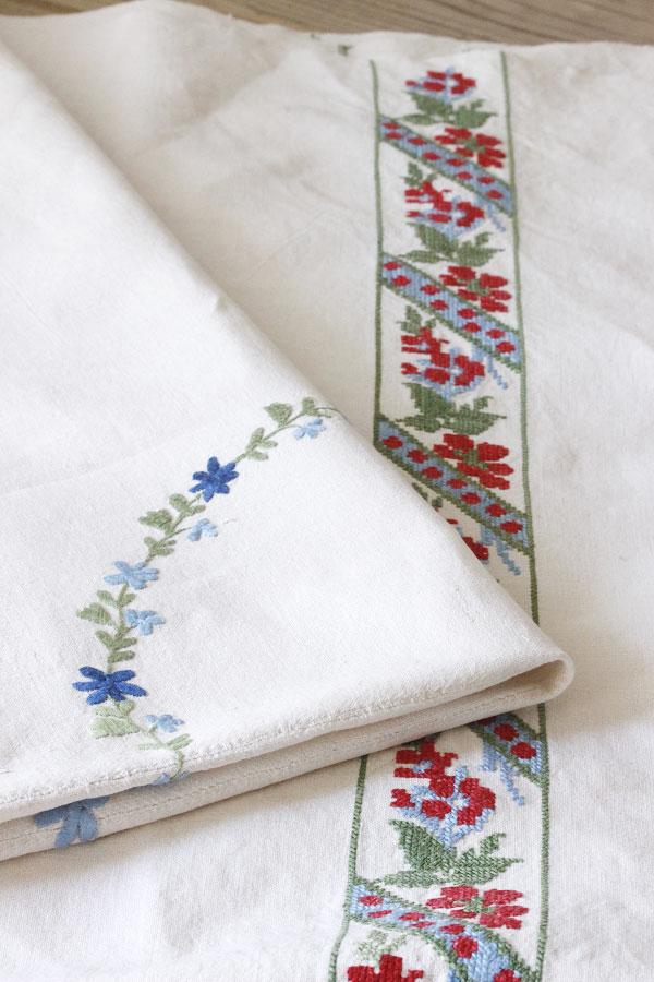 プチポワンのように細かいクロスステッチとサテン刺繍のアンティークハンガリーリネン 155×120cm ge-691