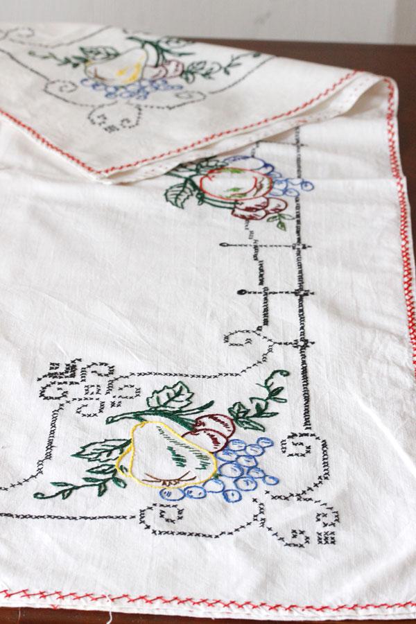 東欧のフルーツ柄刺繍のテーブルクロス 136×130cm ge-700