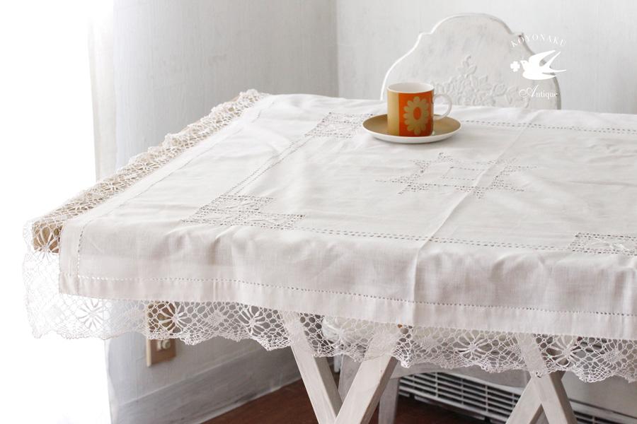 イギリスのドロンワーク刺繍にボビンレースの縁取りのテーブルクロス 99×94cm ge-705