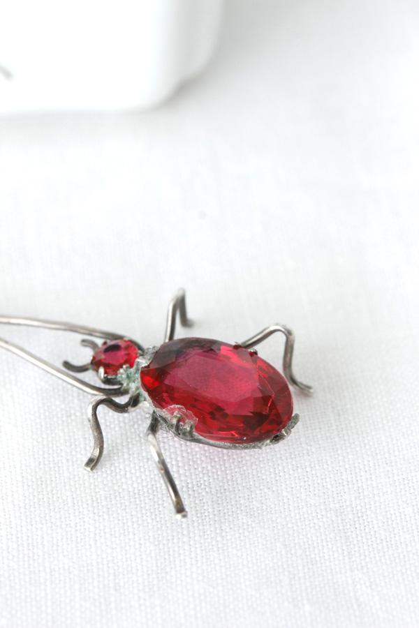 ワインレッドのカットガラスとシルバーの昆虫ペンダント1930年代頃 ga-635