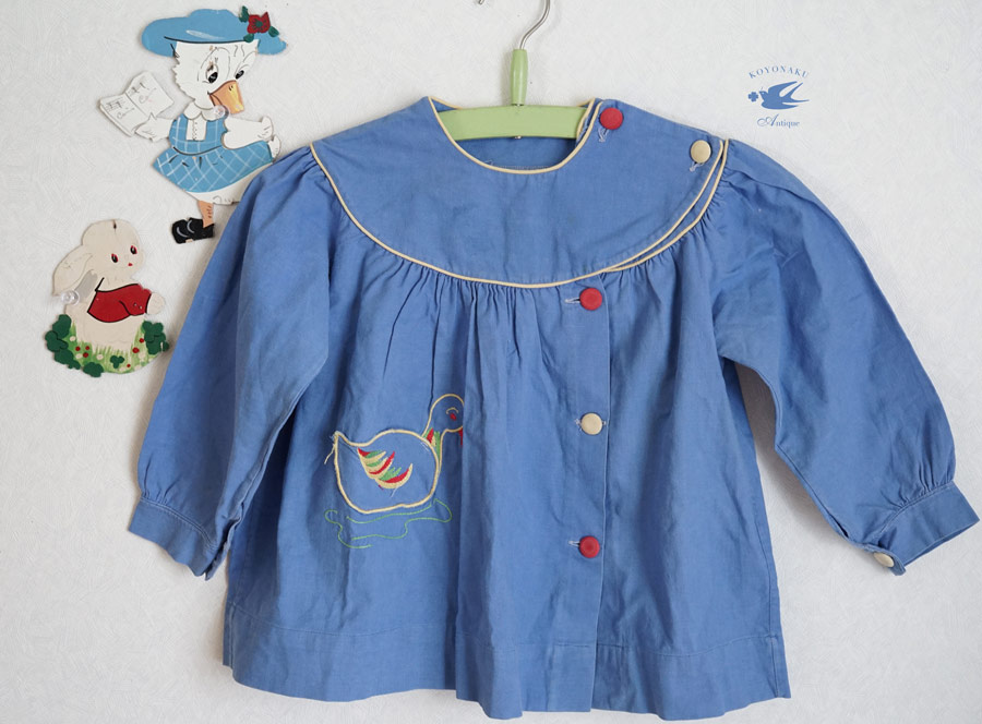 ランスのブルーのコットンスモック アヒル刺繍のポケット付き2.3歳用 gd-181