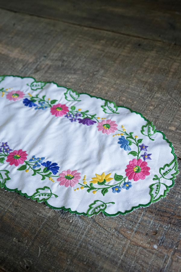 ハンガリーカロチャ刺繍のオーバルマット54×25.5cm ge-795