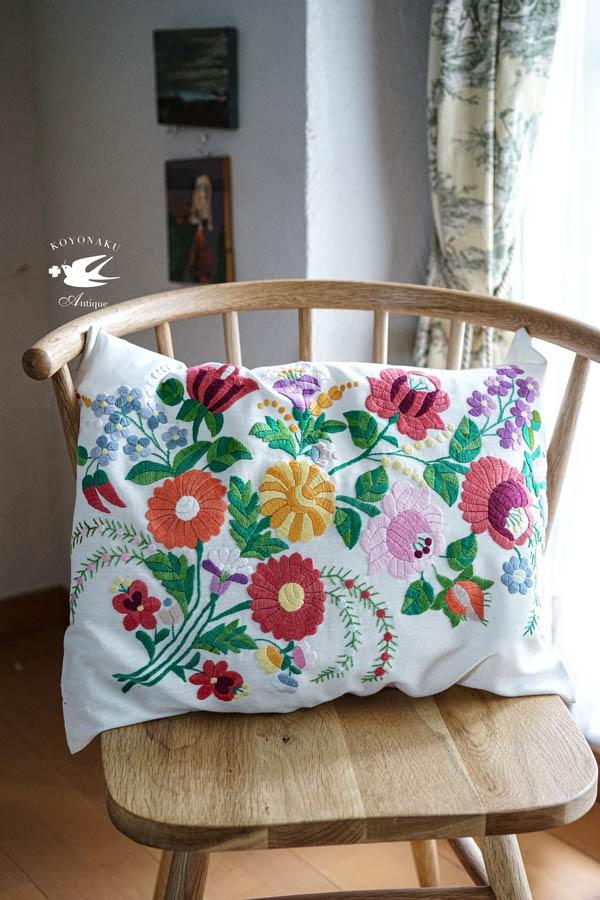 ハンガリー刺繍の底力を感じるカロチャ刺繍のクッション|ピロケース51.5×40cm ge-796
