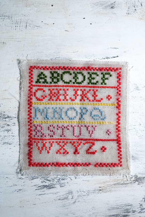 イギリスのアンティーク刺繍サンプラー15.5×14.5cm ge-798