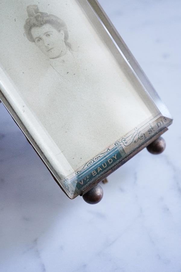 アンティークリボンモチーフのガラスフォトスタンド13.5×6.4cm gk-505