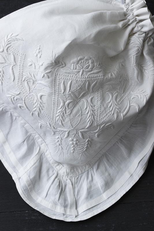 ハンガリーのホワイトワーク刺繍のリメイクポーチ ge-630