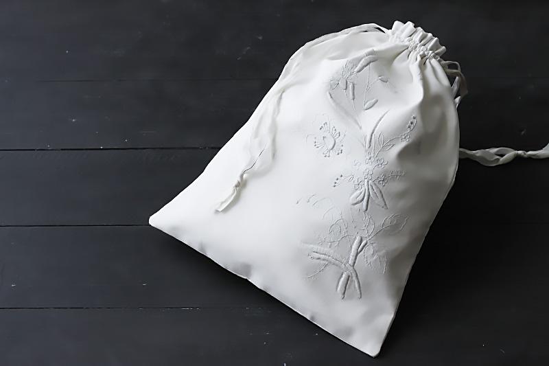 ハンガリーのホワイトワーク刺繍のリメイクポーチ ge-631